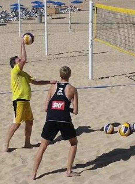 Der jugendliche beachvolleyballer Simon Kulzer