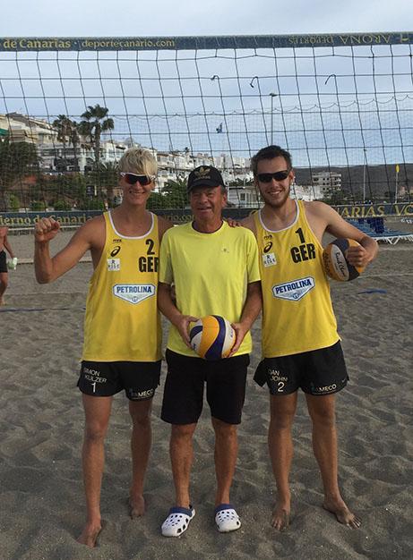 Der Beachvolleyballer Simon Kulzer mit seinem Jugendpartner